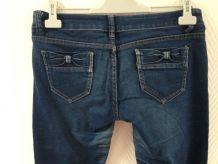 Jeans noeuds aux poches des fesses.