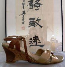 Sandales dorées en cuir pin-up rétro