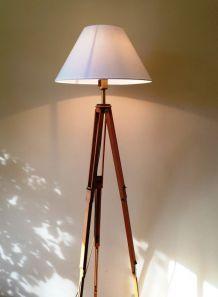 lampadaire sur 1 ancien trépied photo en bois