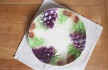 assiette en barbotine à décor relief raisin
