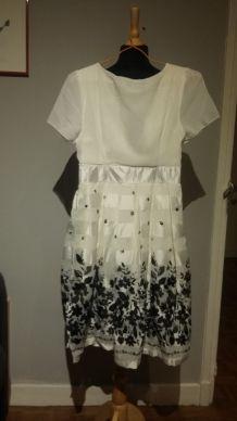 Superbe robe fluide en mousseline et satin blanc - T.36