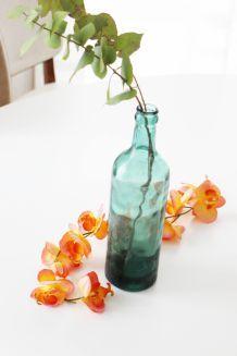 Vase bouteille vintage en verre bleu