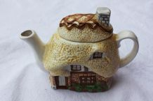 Adorable théière en forme de maison