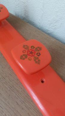 Patère plastique vintage 70s, orange et motifs