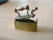 Ancien fer à repasser à braise pour poupées (jouet/miniature/collection) à voir!