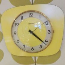 Horloge en formica jaune Manufrance