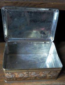 Boîte en tôle ancienne