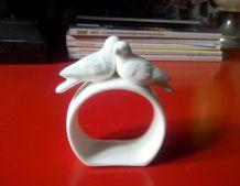 Quatre jolis ronds de serviette blancs