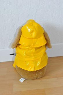 Peluche de toutou en imperméable jaune