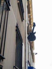 Enseigne lumineuse en forme de guitare