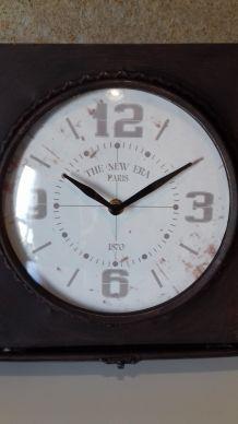 Horloge vintage en boite métal