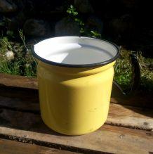 Pot à bouillir le lait en tôle émaillée jaune - vintage