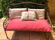 Petit canapé d'extérieur en fer forgé + coussins