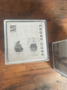 CADRE-CUBE  EN PLEXI-GLASS