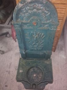 Ancienne fontaine en fonte