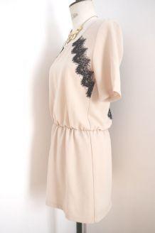 Robe rose beige dos nu en dentelle noire