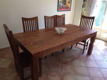 Très belle table en bois exotique et ses 8 chaises.
