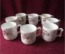 Suite de 8 anciennes tasses en porcelaine de Limoges