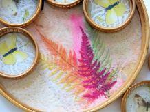 Plateau rond et 6 dessous de verre en bambou avec décor de papillons et de feuillage colorés, véritables ailes de papillons Années 60
