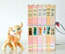 Livres Bibliothèque rose ficelés à mettre en scène pour une déco vintage  Années 60