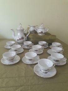 Service café,  nacré et or, véritable porcelaine Italie (motif calèche)