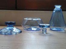 Flacons en verre bleus vintage