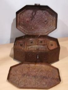 Boîte en fer teinté avec compartiments et plateau