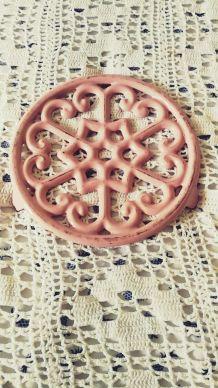 dessous de plat en fonte émaillée rose Vintage