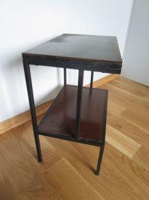 Table d'appoint, chevet  dans le style moderniste