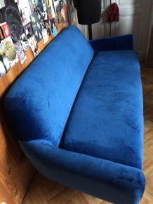 Canapé en velours bleu électrique