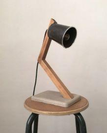 Lampe de bureau en bois et béton