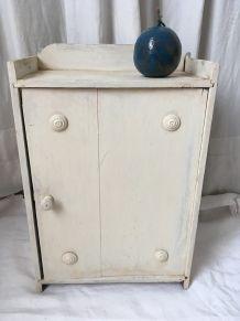 Petite armoire en bois