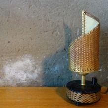 Lampe en bakélite et métal ajouré noir et doré