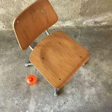 Chaise d'école en bois blond vintage