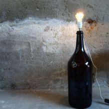 Très grande bouteille marron transformée en lampe