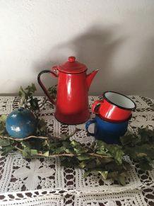 Cafetière émaillée rouge avec deux mugs.