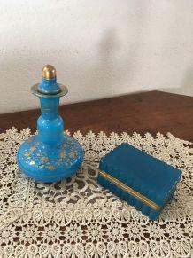 Flacon et boite bleus assortis.