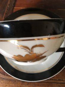 Duo de tasses blanches noires et motifs dorés en porcelaine.
