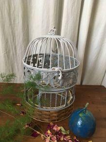 Cage à oiseaux de décoration en fer et osier.