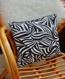 Coussin noir et blanc motifs géométriques