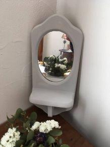 Petit miroir classique revisité avec son étagère .