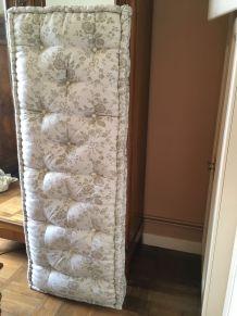 acheter un lit pas cher un coussin pas cher ou d 39 occasion luckyfind. Black Bedroom Furniture Sets. Home Design Ideas