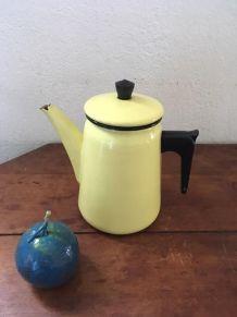 Cafetière en tole émaillée jaune des années 50 .