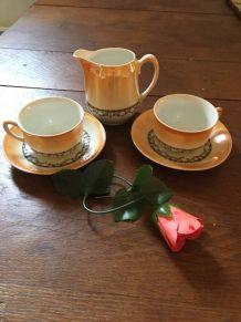 Ensemble vintage deux tasses et soucoupes avec pot à lait