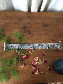 Authentique patère en fer forgé à trois crochets.