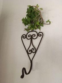 Deux patères en fer vieilli pour le jardin .