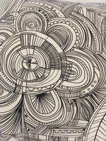 Coussin original aux dessins graphiques  noirs et blancs.