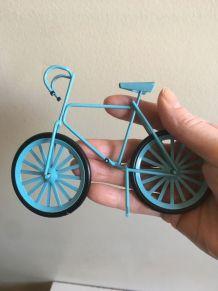 2 petits vélos bleus décoratifs