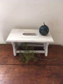 Petit banc ,repose pieds en bois dans sa patine blanche.