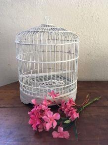 Cage à oiseaux en rotin peint en blanc.